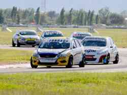 Bruno Bosio (Ford Focus), controla a Mariano Werner (Peugeot 308)