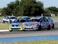 Sebasti�n G�mez (Kia Cerato) pretende avanzar sobre Mauro Giallombardo (Ford Focus)